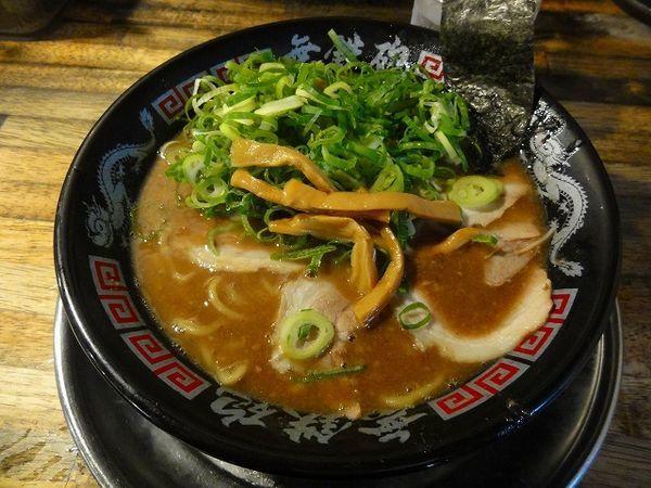 「とんこつラーメン780円 麺硬め ネギ多め」@無鉄砲 東京中野店の写真