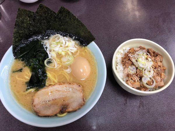 「醤油とんこつラーメン&チャーシュー丼」@とんこつラーメン松平 六浦店の写真