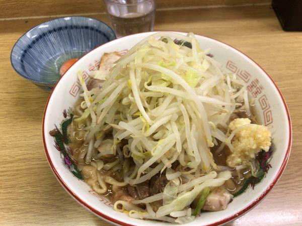 「ラーメン豚入り(ニンニク)+生玉子 900円」@ラーメン二郎 栃木街道店の写真