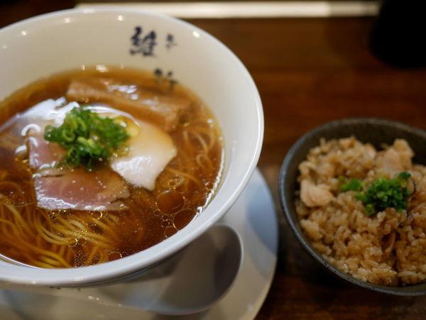「醤油らぁ麺 麺硬め+鶏炊き込みご飯」@麺や維新の写真