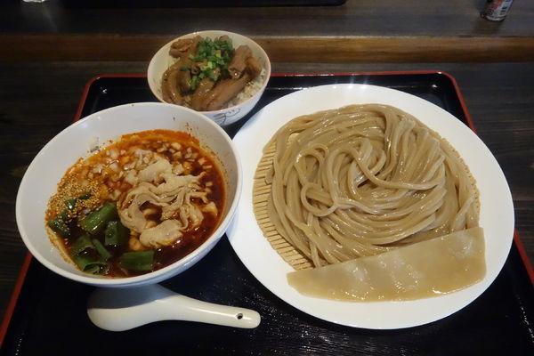 「赤肉汁うどん並(ハイブリッド麺に変更)+ミニもつ丼」@自家製うどん うどきちの写真