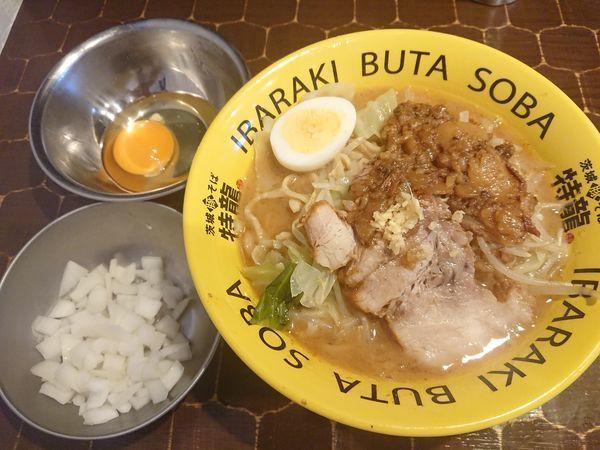 「豚そば(アブラ, ニンニクちょい増し)+生卵」@茨城豚そば 特龍本店の写真