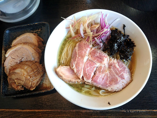 「冷やし塩煮干しそば+厚切り豚x2」@陽はまたのぼるの写真