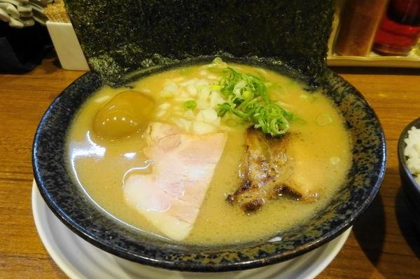 「魚介醤油ラーメン(750円)+煮たまご+ライス」@麺バカ息子の写真