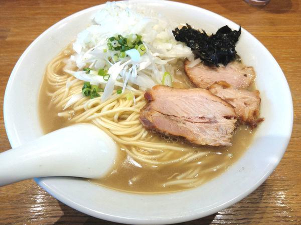 「煮干そば 白醤油(中) ¥750・玉ねぎ ¥50」@中村屋総本山の写真
