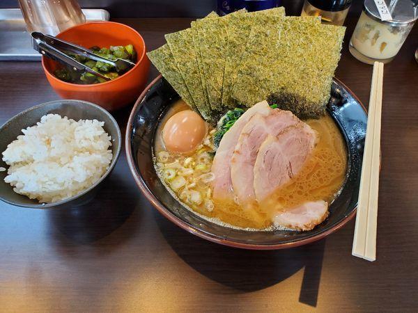 「ぜんぶのせ 醤油好みふつう」@横浜家系らーめん 英の写真