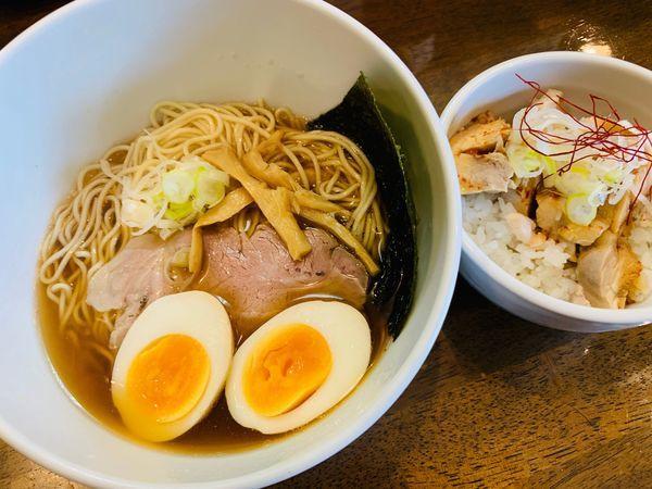 「清湯和節醤油そば+燻製玉子、鶏飯ハーフ」@中華そば 一信の写真