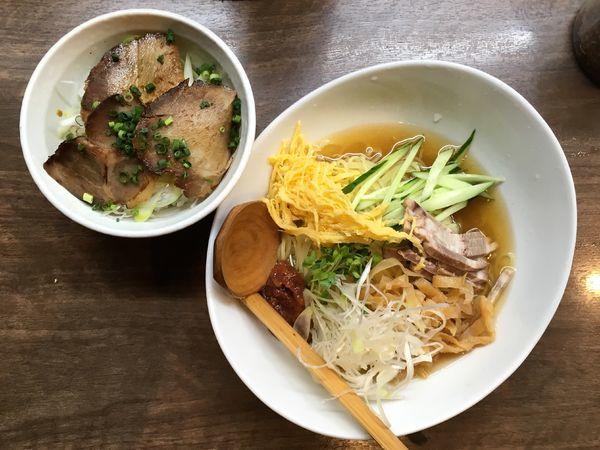 「鰹だしスープの梅冷しそば+日替り丼」@塩そば 加とうの写真