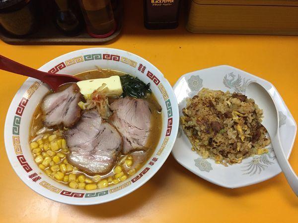 「味噌バターチャーシューコーンネギラーメン+半炒飯」@熊ぼっこの写真