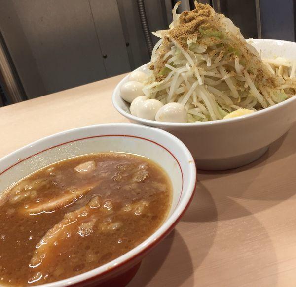 「【限定】つけ麺(ヤサイニンニク)+豚1枚+うずら」@鷹の目 蒲田店の写真