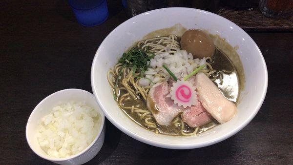 「濃密な煮干しそば、たまねぎ、和え玉」@中華そば いづるの写真