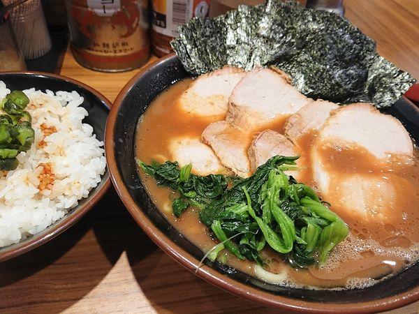 「チャーシュー麺 中と海苔と、飯」@横浜家系らーめん 輝道家の写真