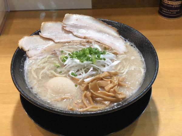 「豚の虜+味玉」@自家製中華そば 麺の虜の写真