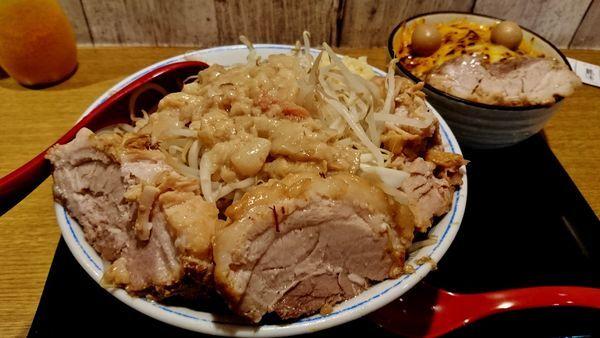 「卒業記念ラーメン+大盛り+豚豚+ミニ炙りチーズ麻婆丼」@火の豚 立川ラーメンスクエア店の写真