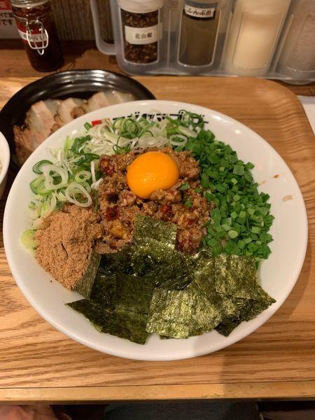 「台湾まぜそば大盛り+炙りチャーシュー」@つけ麺・ラーメン フジヤマ55 小倉エキナカひまわりプラザ店の写真