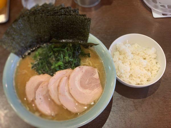 「ラーメン中盛、チャーシュー、のり、小ライス」@横浜家系らーめん いずみ家の写真