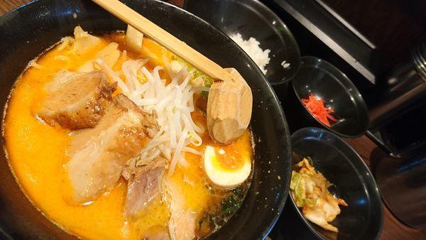 「四川ラーメン、サービスライス・キムチ・漬物」@らーめん本郷亭 名駅店の写真