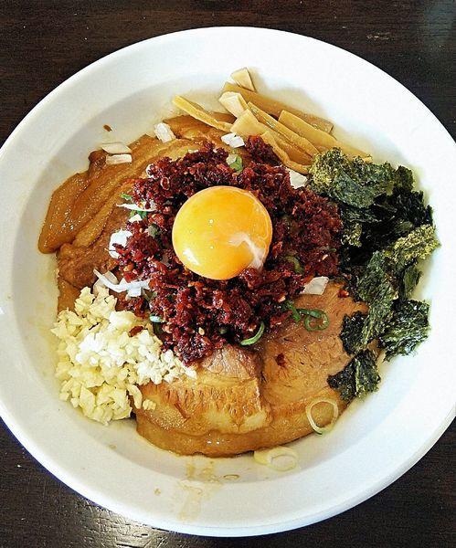 「海老辛肉そば(ニンニク・卵黄サービス) 1050円」@ラーメン 月麺の写真