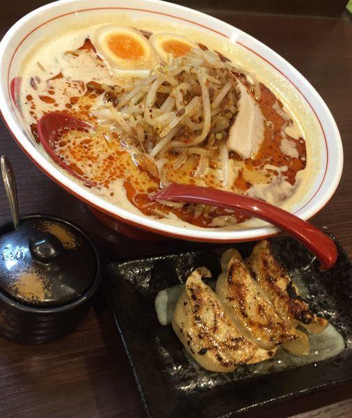 「ボウボウラーメン赤(3辛)+煮玉子+餃子3個」@ボウボウラーメン かそりの写真