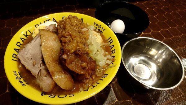 「豚そば750円+肉増し200円+生たまご50円」@茨城豚そば 特龍本店の写真