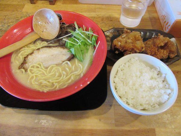 「鶏白湯らぁめん(690円)+唐揚げセット350円」@濃厚ラーメン こっこ屋の写真