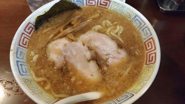 「醤油豚骨ラーメン」@麻布ラーメン 慶応三田店の写真