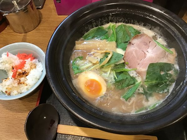 「豚骨醤油ラーメン840円(ライス2杯まで無料)」@ラーメン猪太の写真