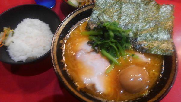 「チャーシュー麺並、味玉、ライス、野菜畑」@家系総本山 吉村家の写真