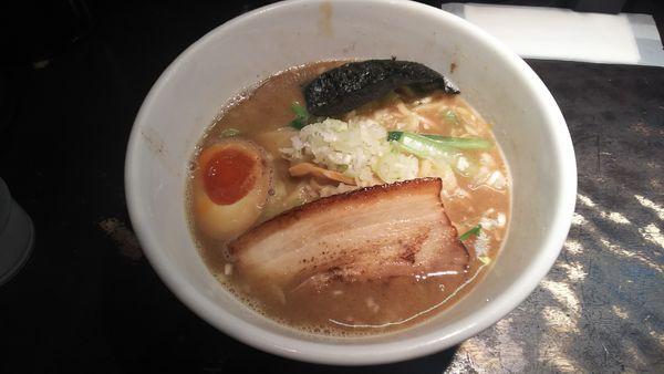「魚介のとんがらラーメン 900円」@○宿めんてんてんの写真