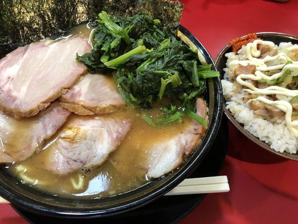 「チャーシュー麺固めチャーシュー増しほうれん草賄い飯」@家系ラーメン とらきち家の写真