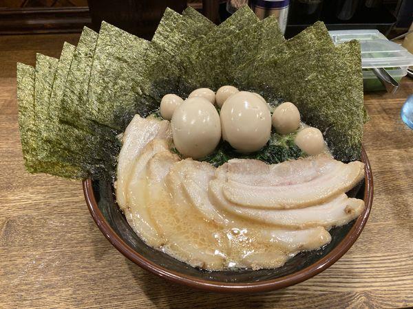 「醤油豚骨SP大盛+煮卵+鶉+法蓮草+海苔+チャーシュー」@横浜家系ラーメン 一正家の写真