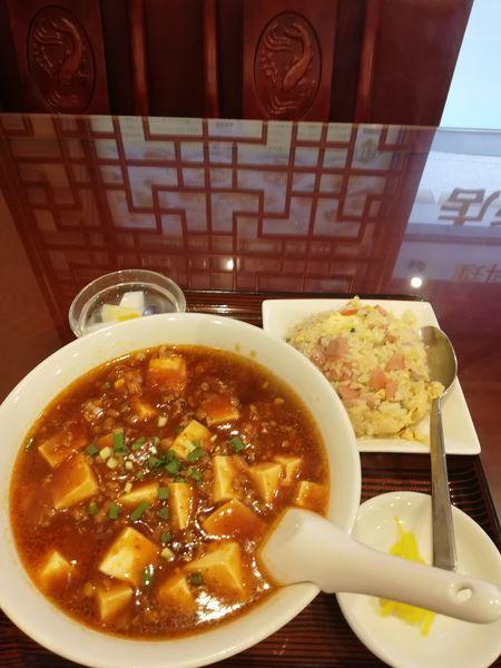 「麻婆麺と半チャーハン 700 円」@中華料理 美山飯店の写真