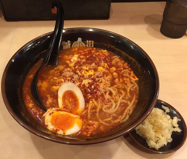 「タン担麺(中辛)+味玉+ニンニクW」@タン担麺 中担 八千代勝田台店の写真
