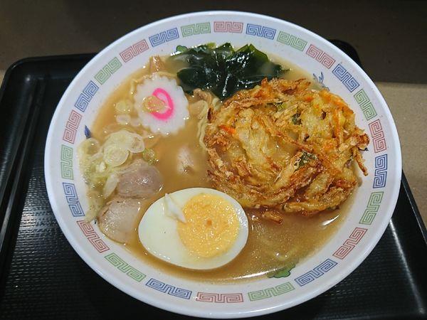 「煮干しラーメン+かき揚げ(580円)」@名代 富士そば 大宮東口店の写真