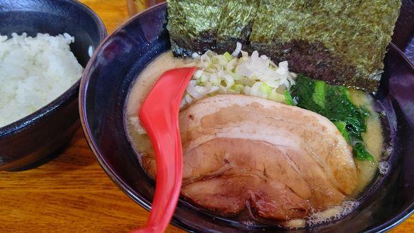 「醤油ラーメン+サービスライス大」@富士家系 直壱家 蒲原店の写真